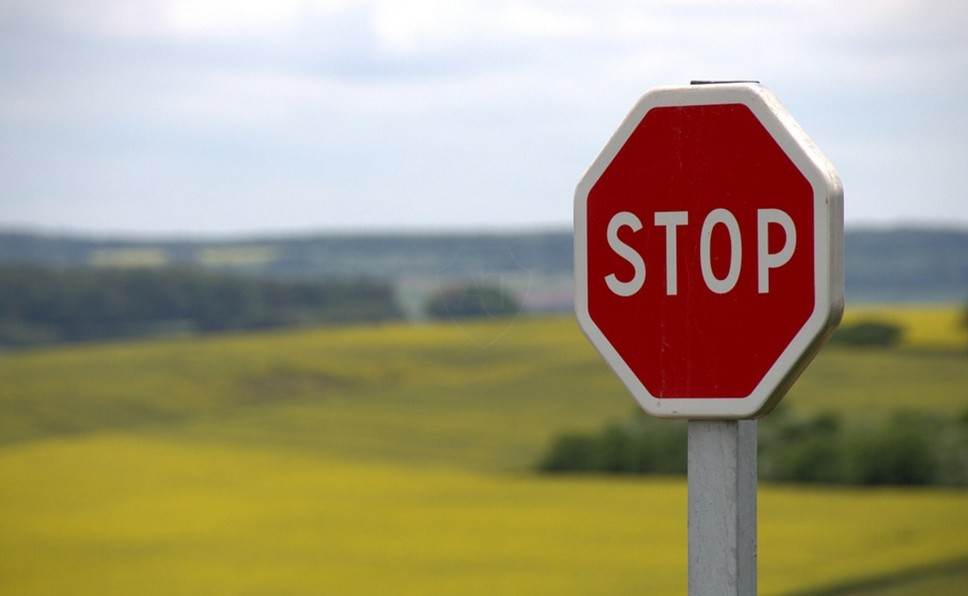 Нужно ли соблюдать уменьшенные дорожные знаки по ПДД?