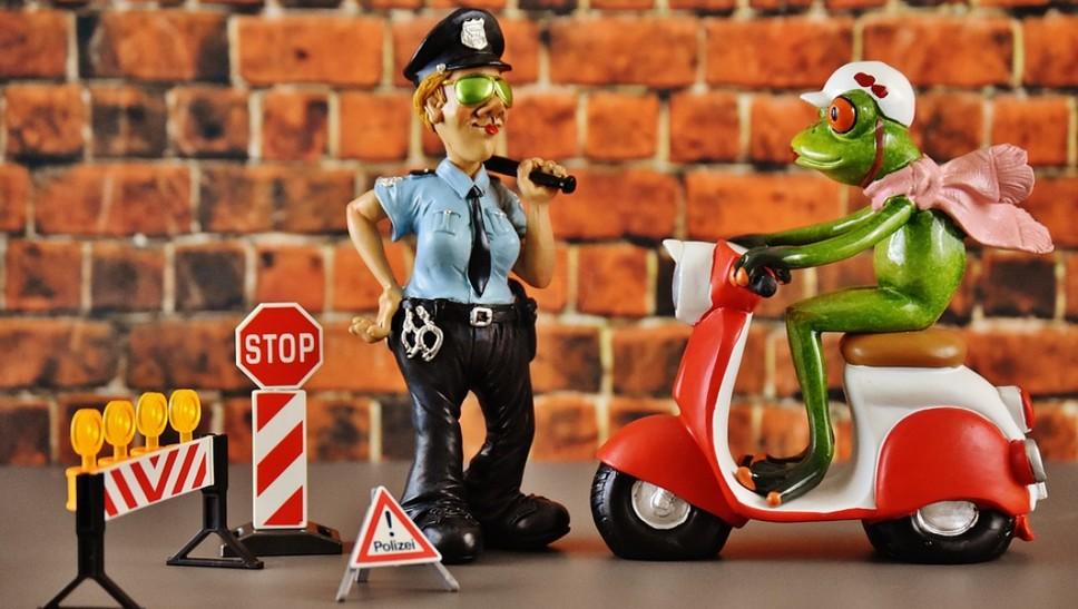 Инспектор выписал штраф (лишение), но фото и видео доказательств у него нет – законно ли?