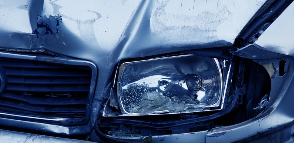 Разбитая светодиодная противотуманная фара на автомобиле