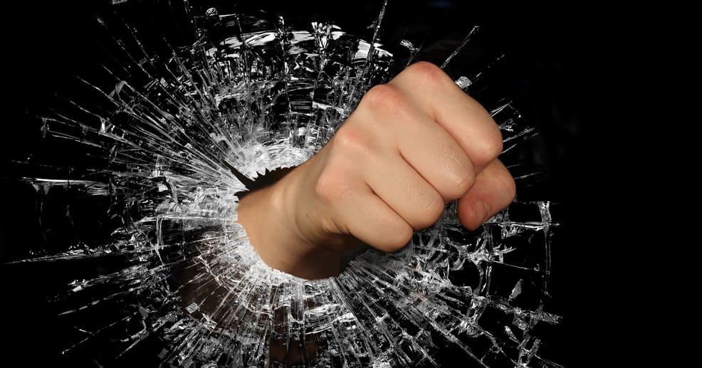 Хулиганы разбили стекло