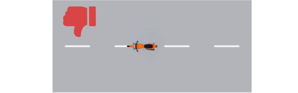 Мотоциклу запрещено ездить между рядов по разметке