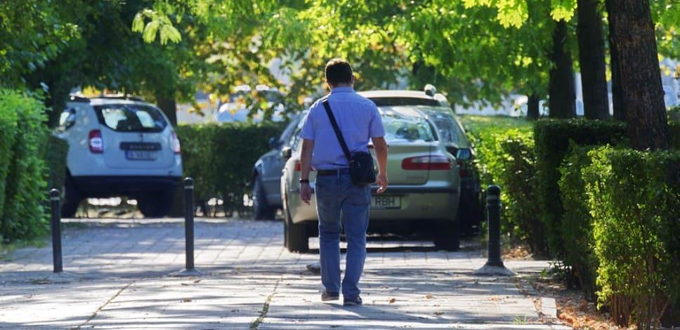 Оставленные на тротуаре машины, где ходят пешеходы