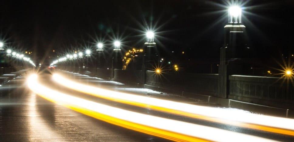 Передвижение с дальним светом на освещённой дороге в населённом пункте