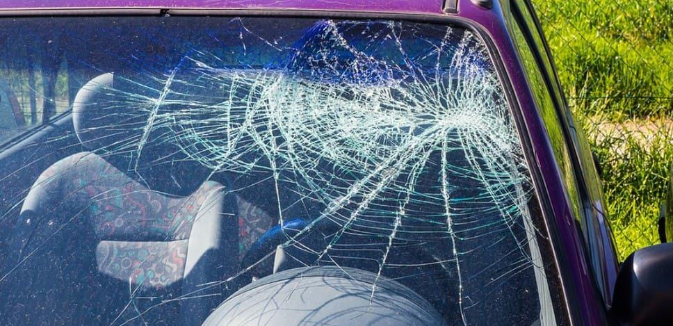 Сильно разбитое лобовое стекло, которое приведёт к штрафу ГИБДД